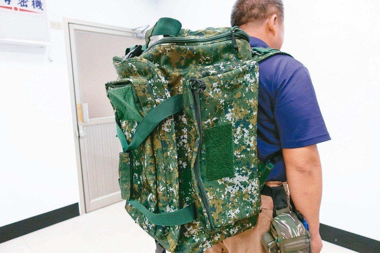 八百丹尼數位迷彩尼龍布原料製成的攜行袋。 記者劉星君/攝影