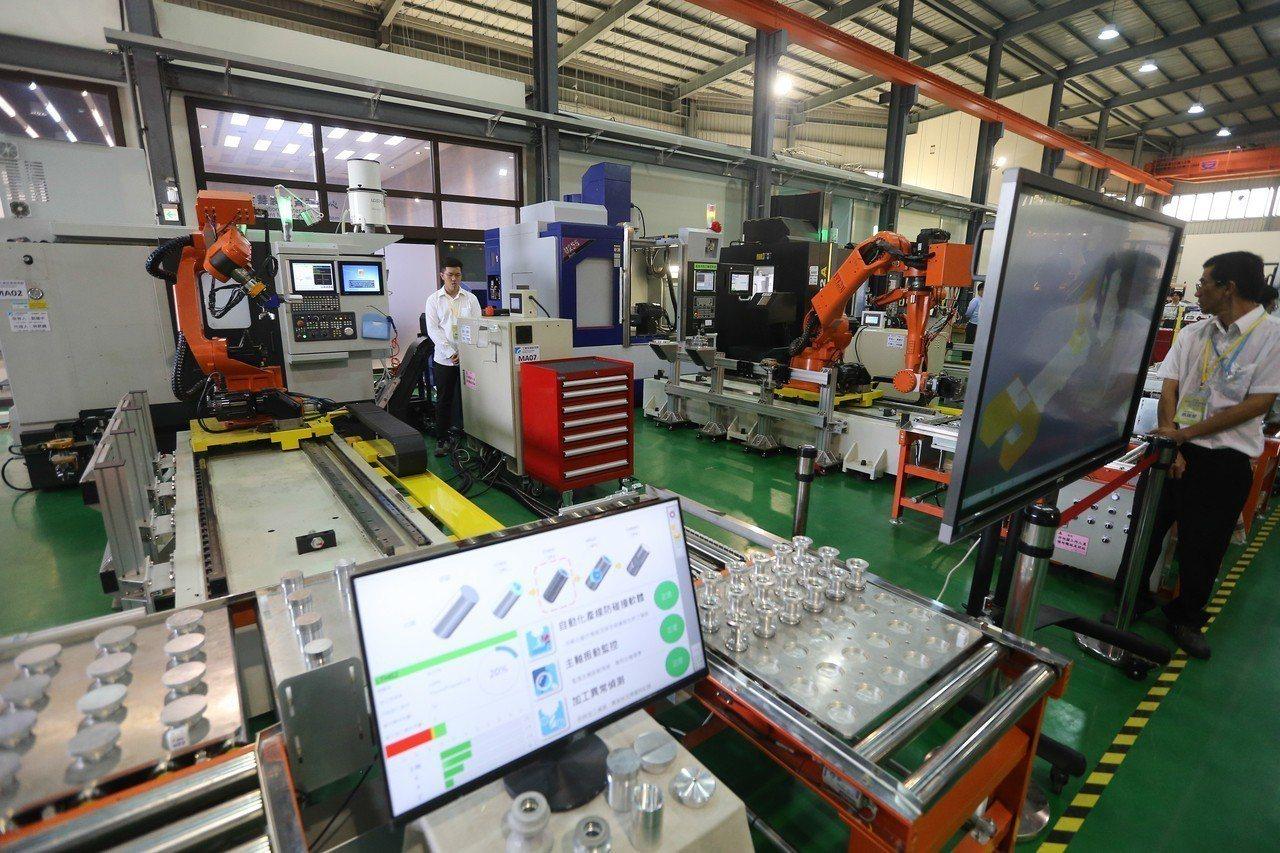 智慧製造試營運場域暨全球智慧機械發展中心今天正式開幕。 記者黃仲裕/攝影