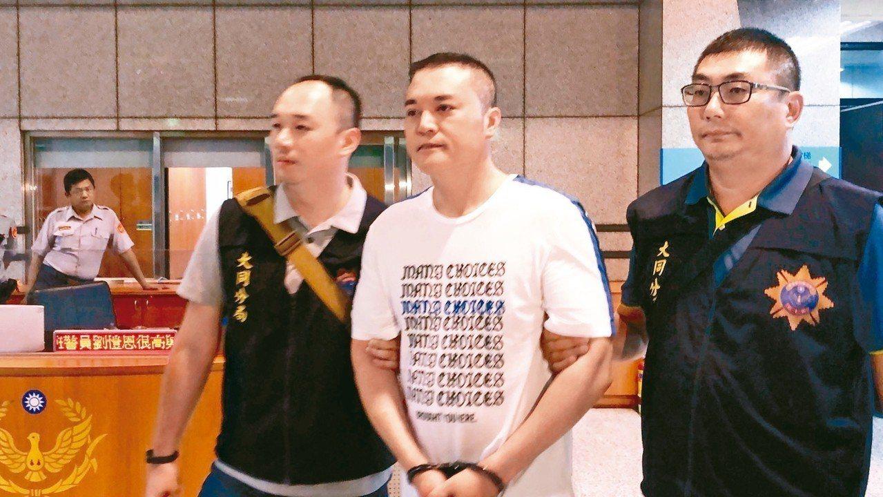 涉嫌詐欺的主嫌陳國帥(中)昨天被逮捕。 記者李承穎/攝影