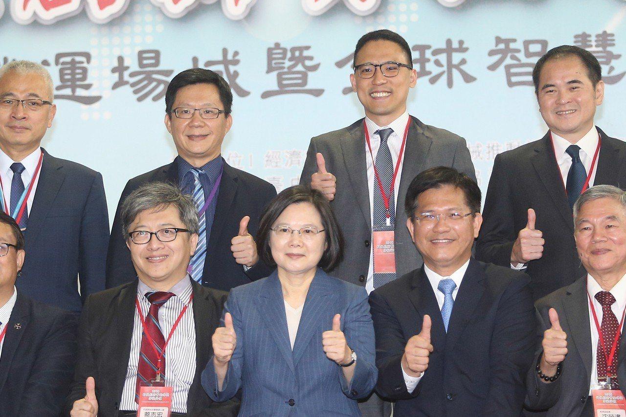 蔡英文總統(前中)與台中市長林佳龍(前右二)參訪智慧製造試營運場域暨全球智慧機械...