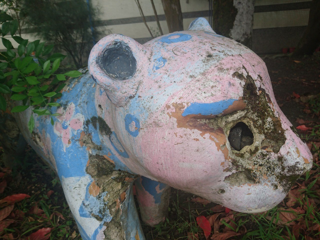 校園裡動物老舊破損,面臨維護、修補等問題。記者羅建旺/攝影