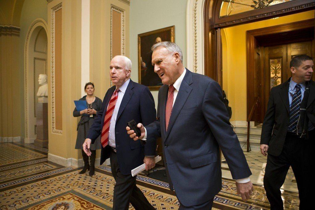美國資深聯邦參議員馬侃(左)遺缺由馬侃好友、前參院同事凱爾(右)接任。圖為201...