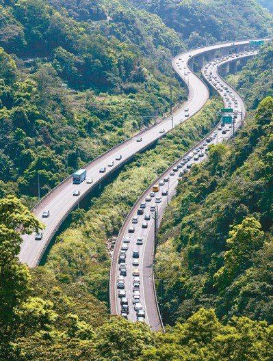 國道五號高速公路每逢假日便塞車,今年中秋節疏運首次實施連假前後一天白天部分時段免...