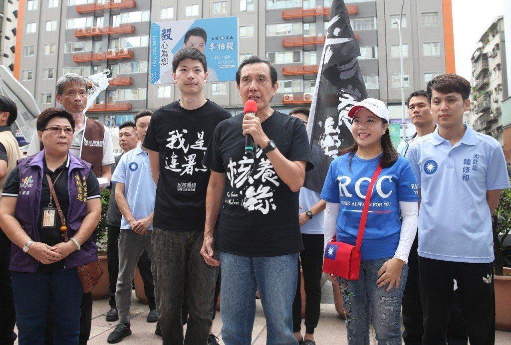 前總統馬英九(右三)連署「以核養綠」公投。 圖/聯合報系資料照片