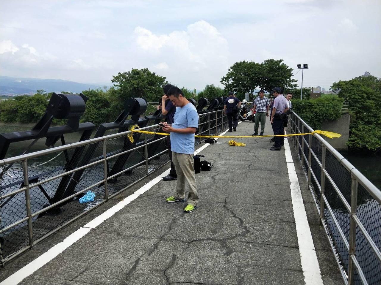 警消封鎖現場進行調查。記者袁志豪/翻攝