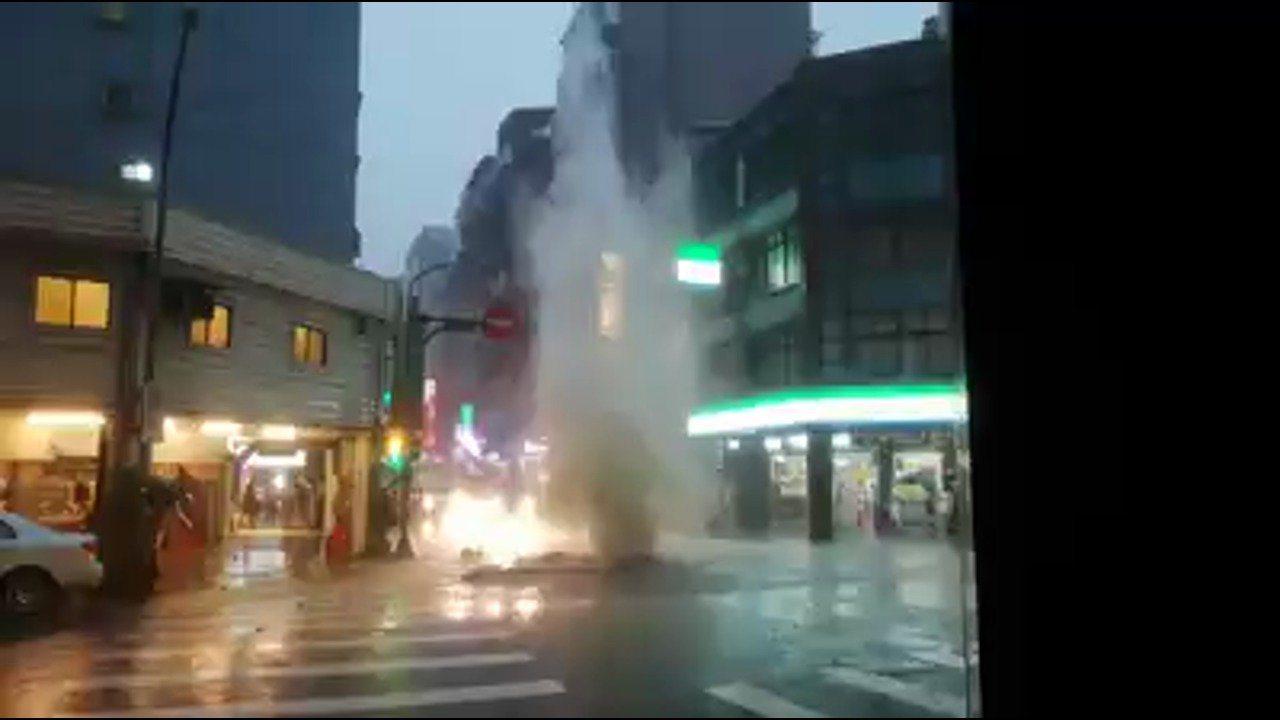台北市西門町昆明街、內江街口一處人孔蓋疑似因雨噴發。圖/截自臉書