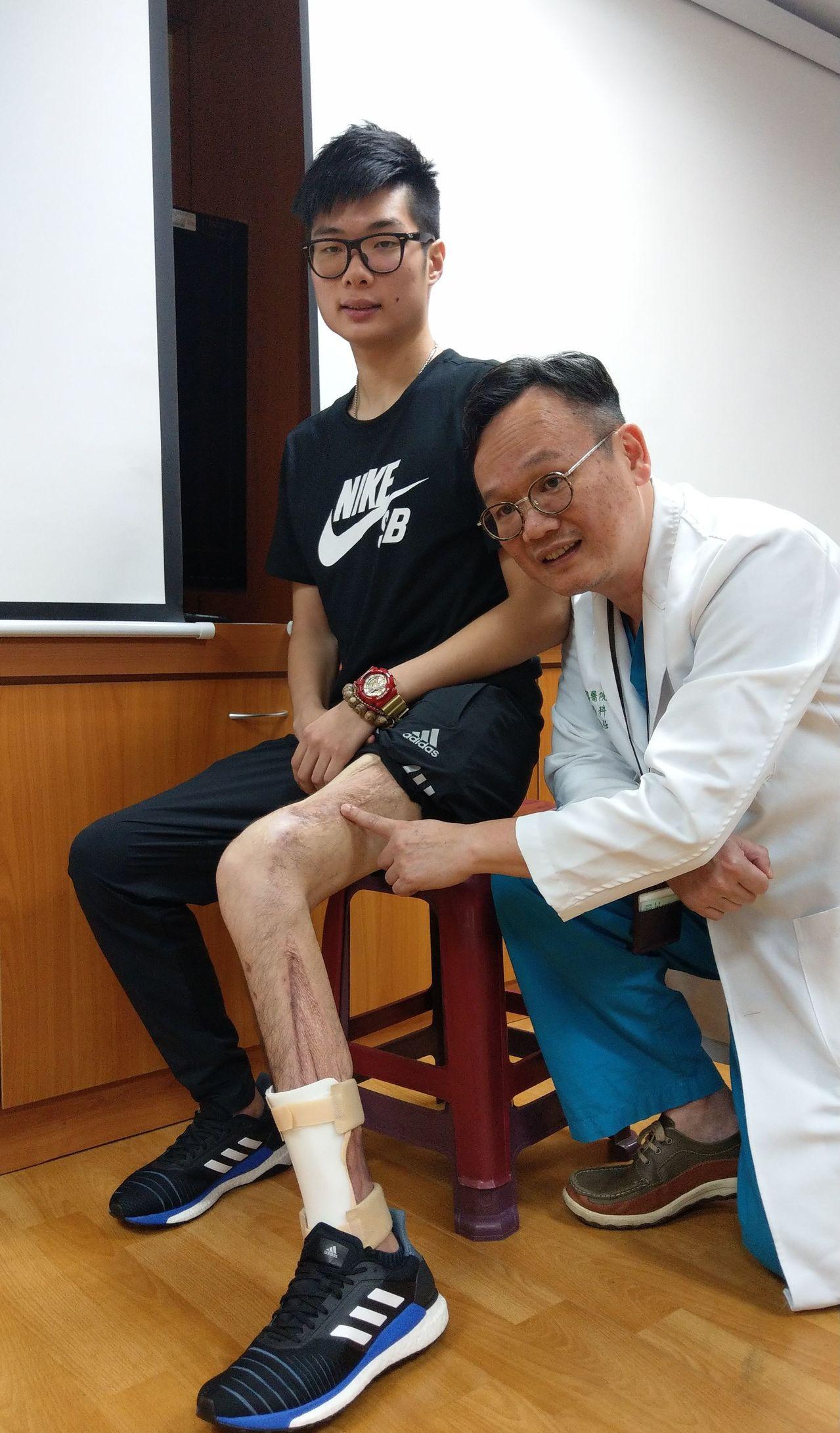 大學生鄭廷毅(左)騎車摔斷腿,住院七次,進開刀39次,險些截肢 ,如今康復,他感...