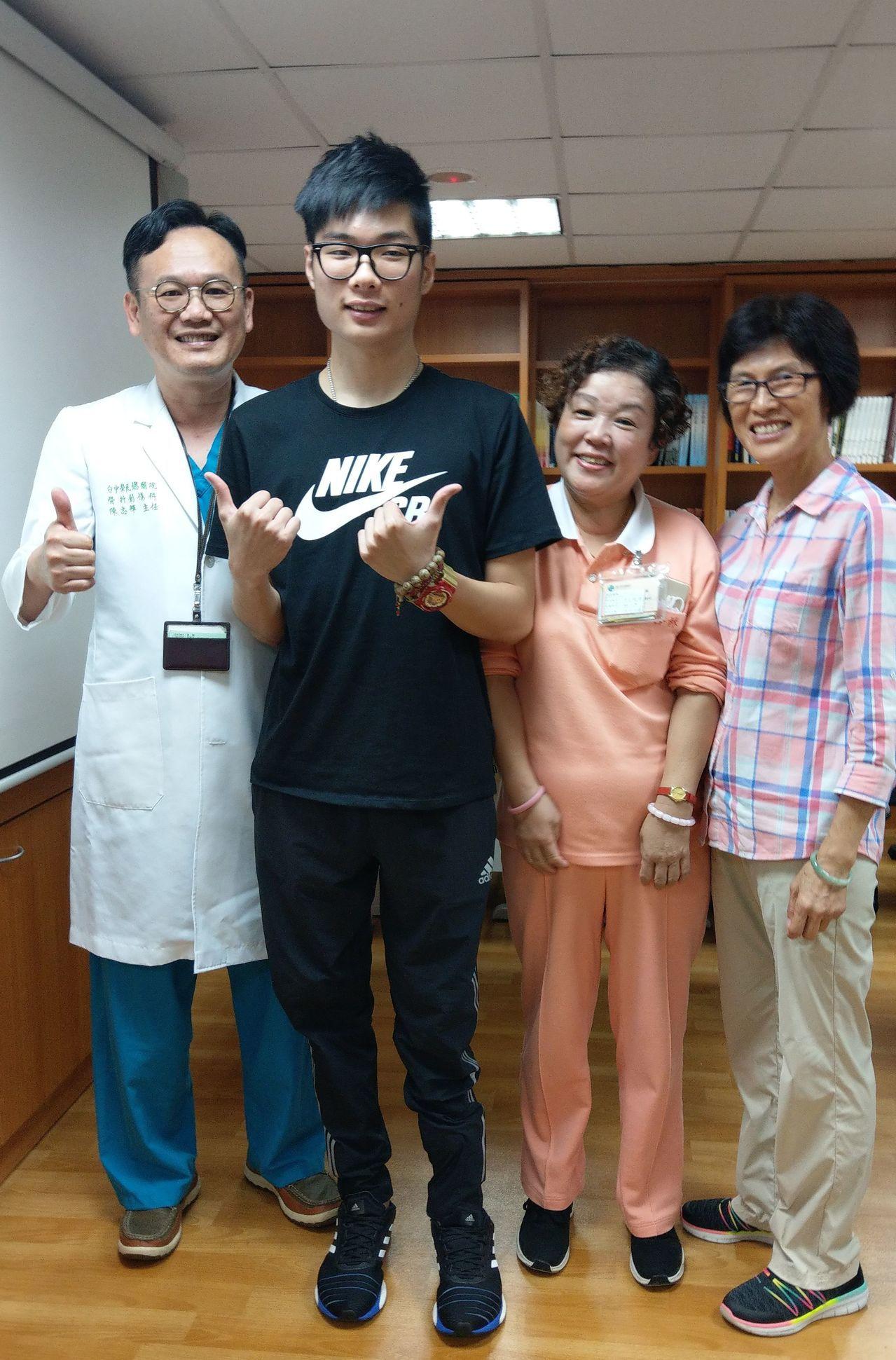 大學生鄭廷毅(左二)感謝醫師陳志輝(左一)的救治,保住他的左腿,讓他得以擁抱新的...