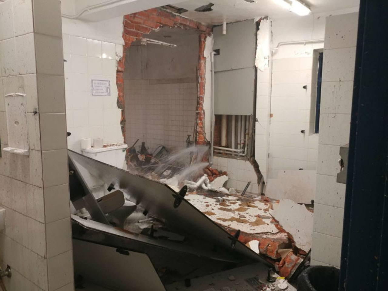 香港紅磡警署洗手間一個熱水爐在昨晚近11時爆炸,傳出巨響,有抽氣扇及窗框飛彈地面...
