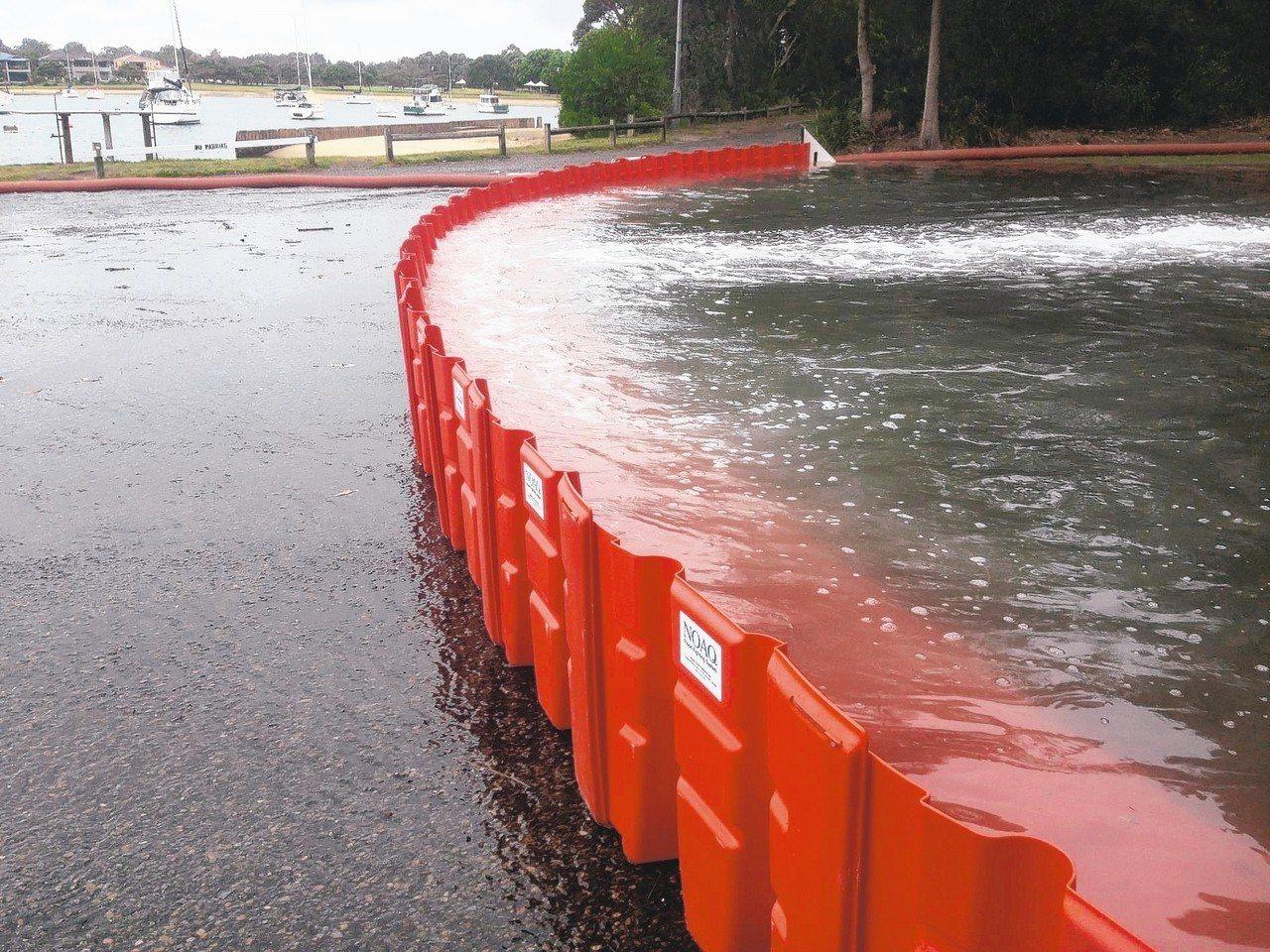 內彎型和外彎型等防水板相互搭配,可阻水防洪,也能形成巨型蓄水池。 NOAQ BO...