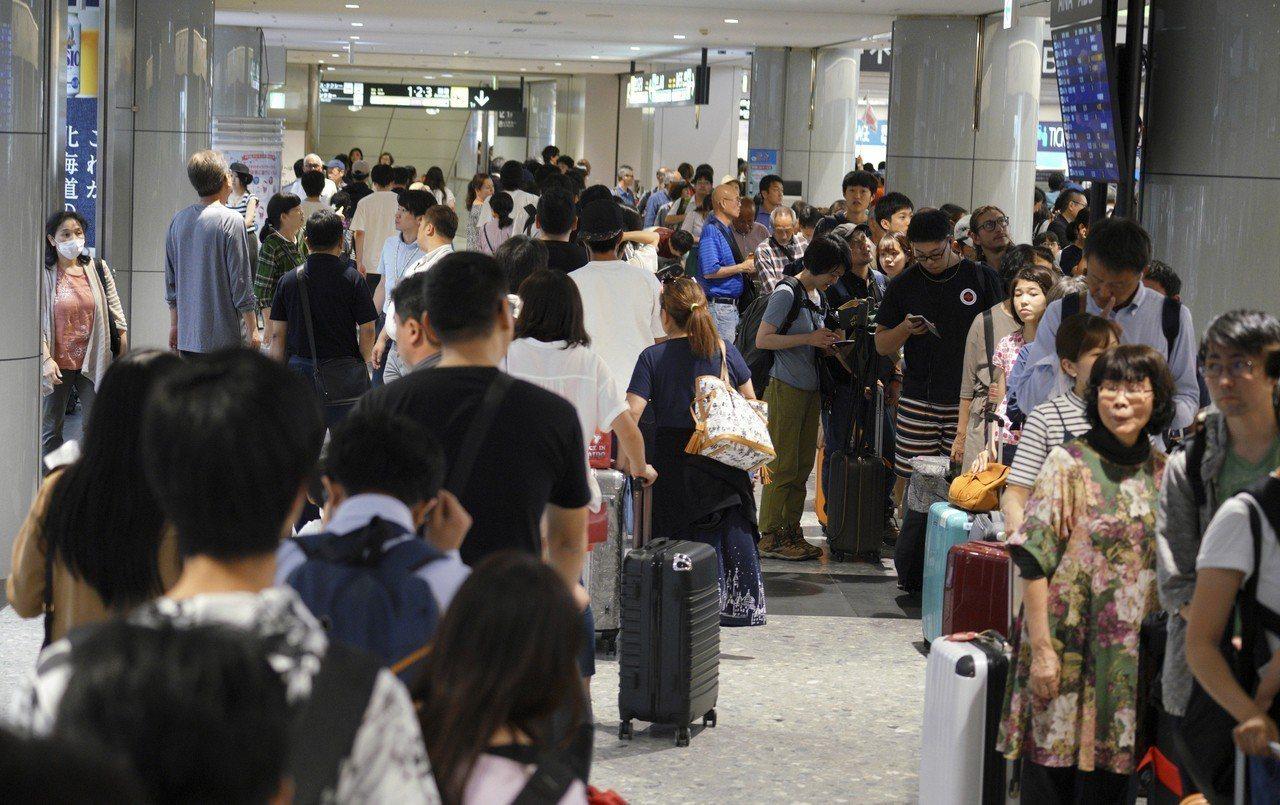北海道新千歲機場是對外交通樞紐,國際線航班在停飛2天後復飛,朝日新聞報導,新千歲...