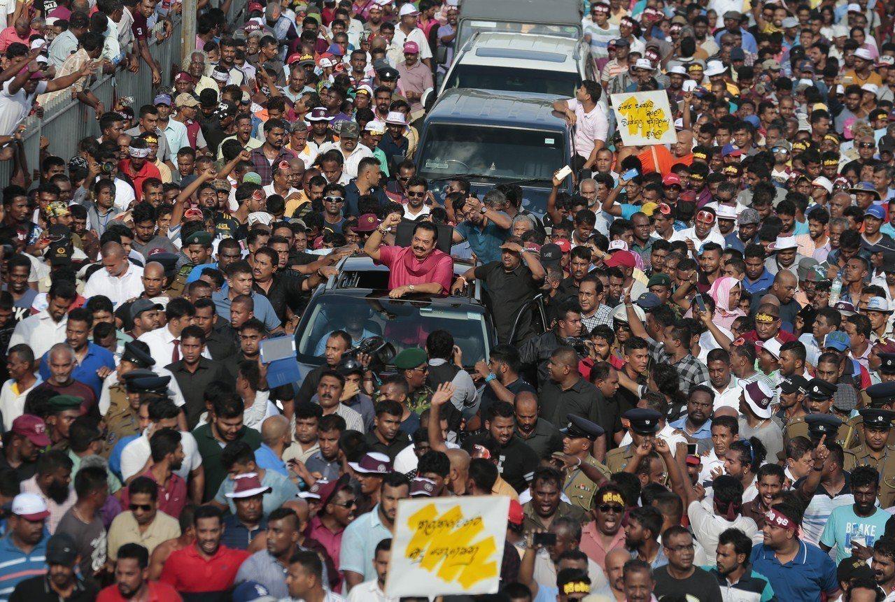中國大陸藉「一帶一路」計畫全球投資,令斯里蘭卡身陷債務危機,不得不將赫班托達港租...