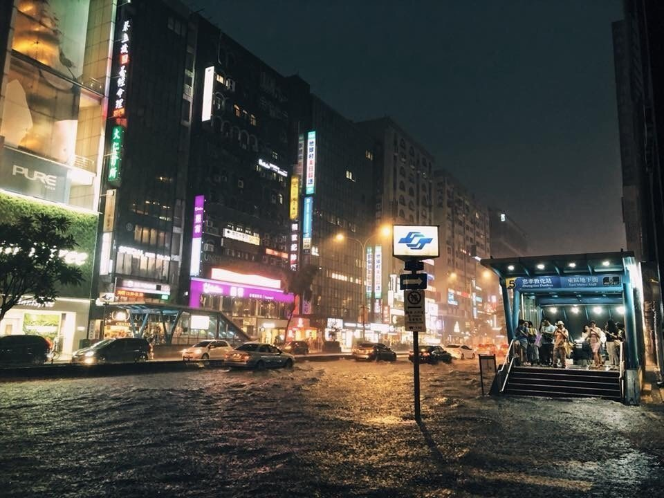 在捷運忠孝敦化一帶,水淹甚至有半個輪胎高。圖擷自蔡牧民臉書