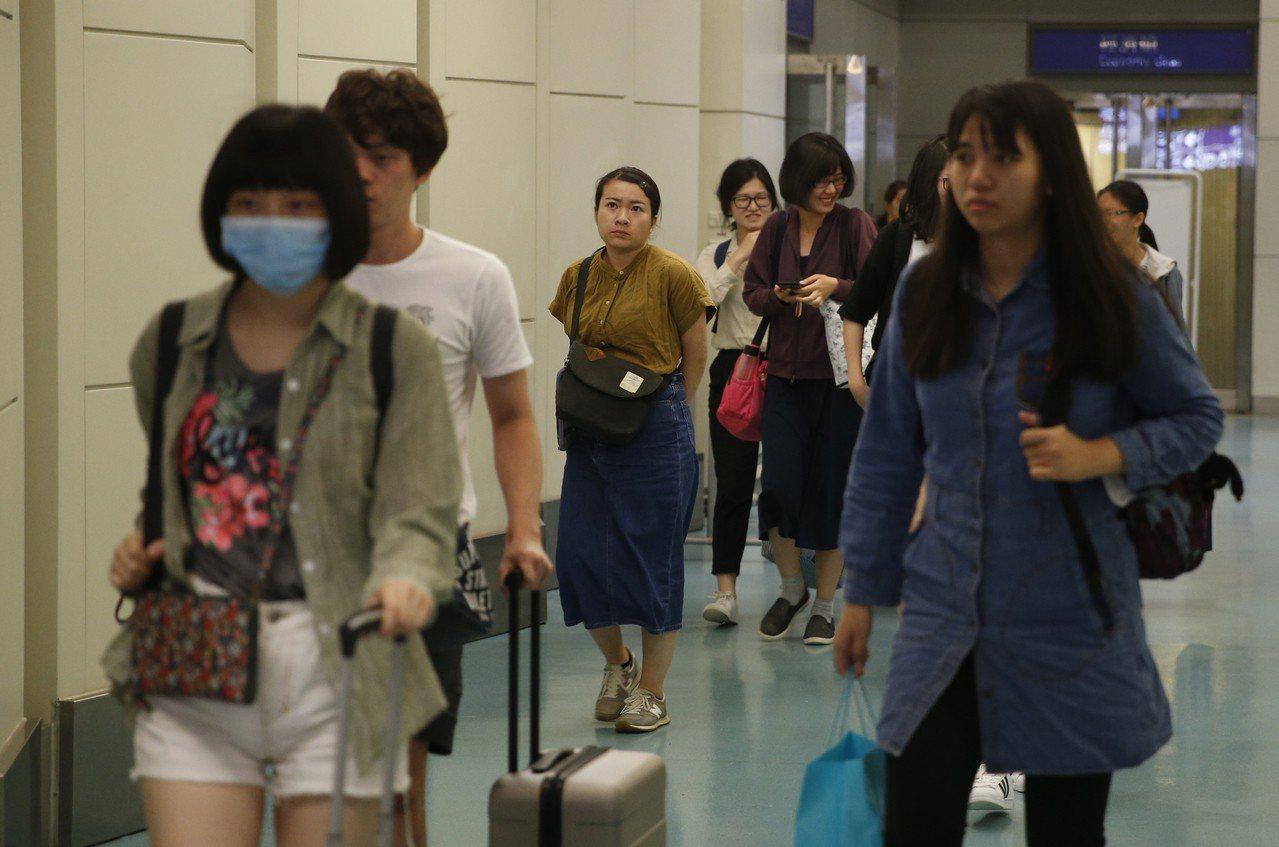 日本接連傳出颱風、地震災情後,從日本關西、北海道新千歲機場起飛返台的班機8日晚間...