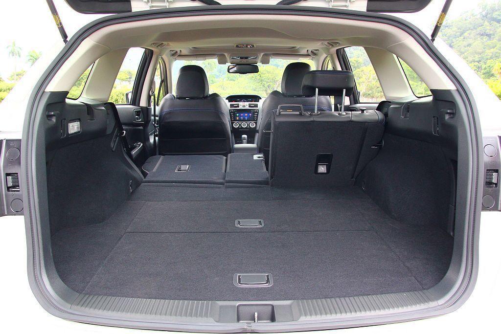 Subaru Levorg在滿座時具備基本522公升的後廂容積表現,將後排座椅全數打平後可擴充到1446公升。 記者張振群/攝影