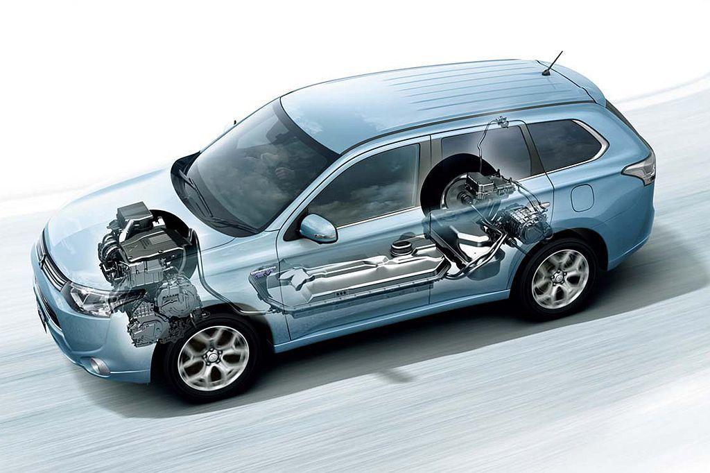 購買Hybrid或Plug-in Hybrid複合動力車款,確實能達到車輛省油最佳效能,不過因為多了電動馬達與電池模組,售價也會比一般車款高出許多。 圖/Mitsubishi提供