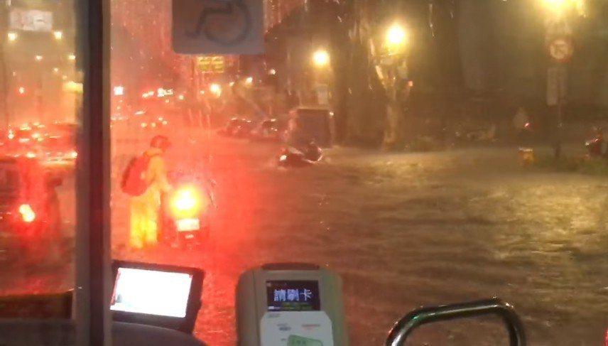 台北市新生南路,網友拍下寫道「機車都騎不動了」。 圖擷自爆料公社
