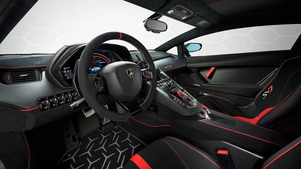 Lamborghini Aventador SV充滿戰鬥氣息的座艙。 摘自Lam...