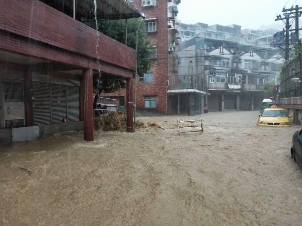 早上大雨一來,基隆部分地區又傳出淹水。圖/民眾提供