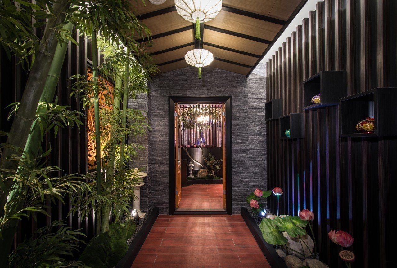 連走廊也大量使用竹林、窗花與燈籠等中國風造景。圖/紫禁城Motel主題會館提供