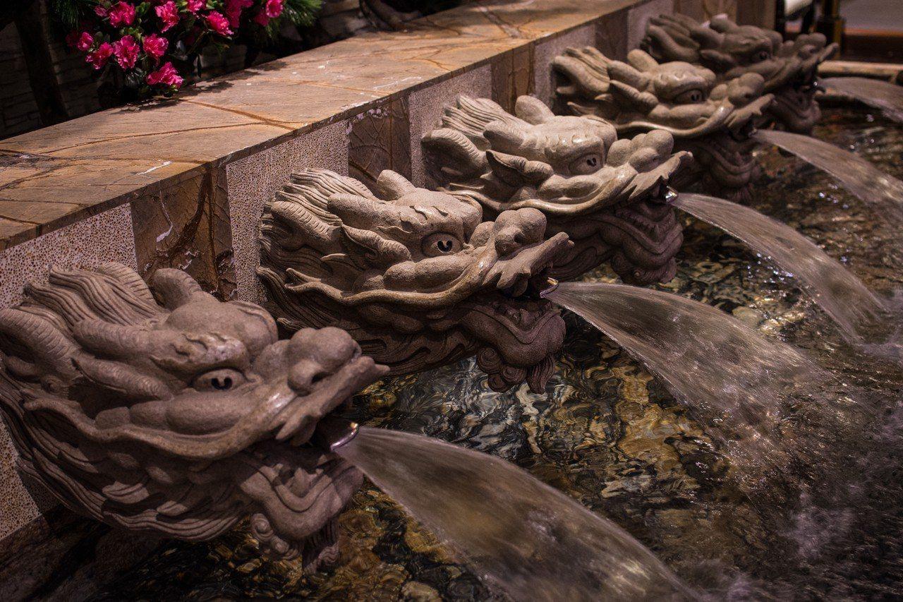 牆面5座雕工精美的龍頭噴出泉水,讓人感受古代君王漱洗沐浴的講究。圖/紫禁城Mot...