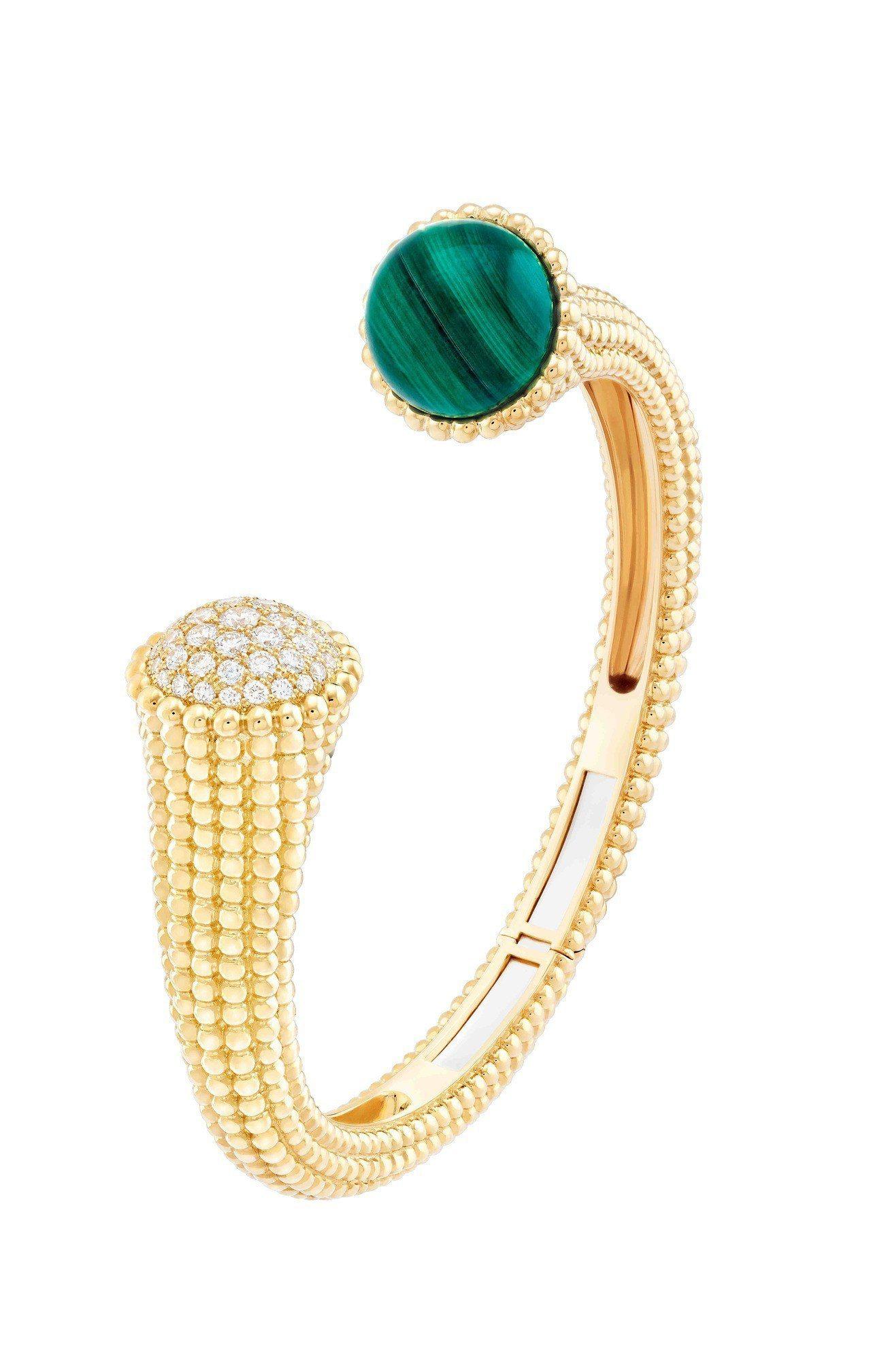 Perlée Couleurs手鐲,黄K金鑲嵌孔雀石及鑽石,59萬6,000元。...