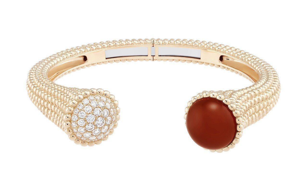 Perlée Couleurs手鐲,玫瑰金鑲嵌紅玉髓及鑽石,56萬8,000元。...