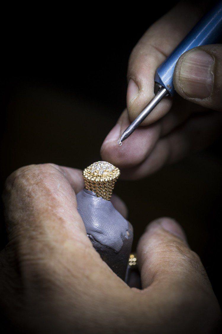 Perlée系列所鑲嵌的鑽石也都按照最嚴謹的準則挑選,讓光線穿透鏤空K金底座時...