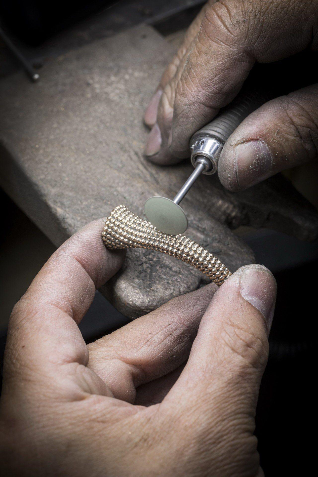 Perlée系列每顆金珠均需一一經工匠手工修飾及拋光。圖/梵克雅寶提供