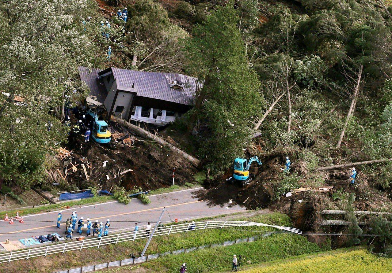 日本警消及自衛隊持續在北海道厚真町搜救。圖/路透