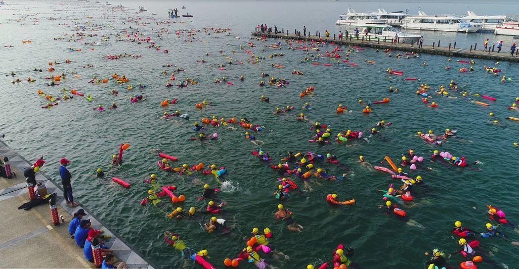 日月潭泳渡每年都吸引國內外泳客下水挑戰,去年觀光產值甚至突破億元,也締造許多數字...