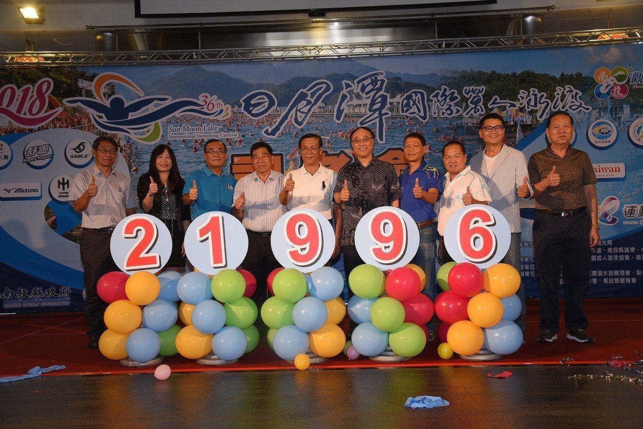 日月潭重頭戲「萬人泳渡」16日登場,而今年參加人數從去年19862名增至2199...