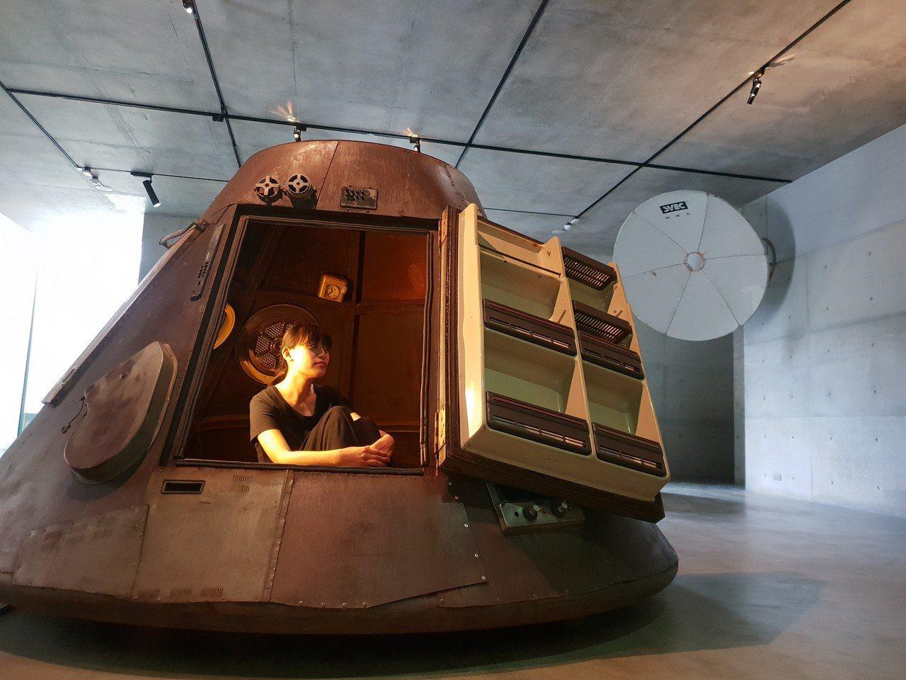 毓繡美術館「帶我去月球」展覽,其中李承亮用冰箱、電鍋、洗衣機等廢棄電器打造太空艙...
