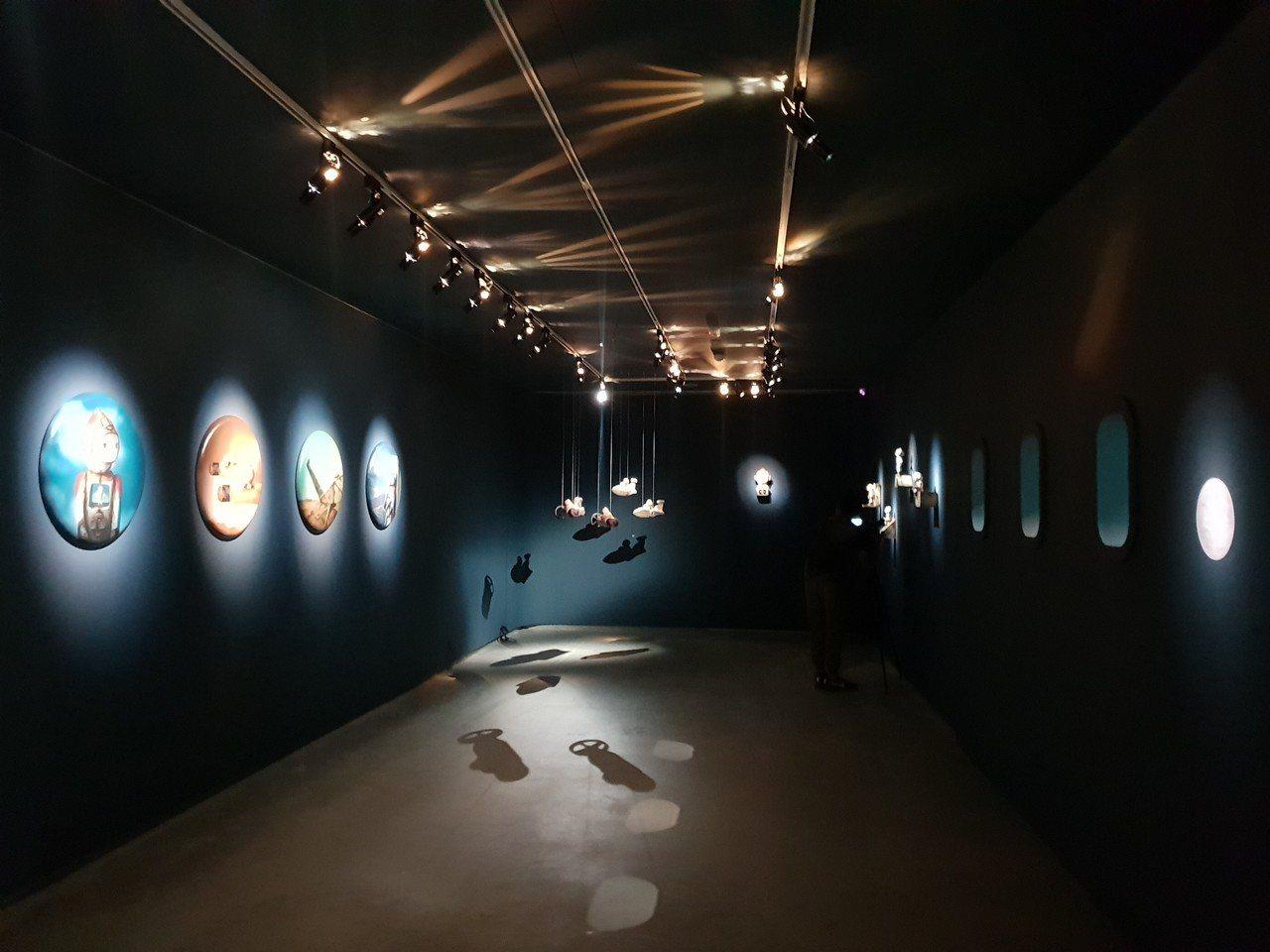 毓繡美術館「帶我去月球」將展間打造成太空艙,藝術家唐唐用陶土、釉鐵等捏製太空男孩...