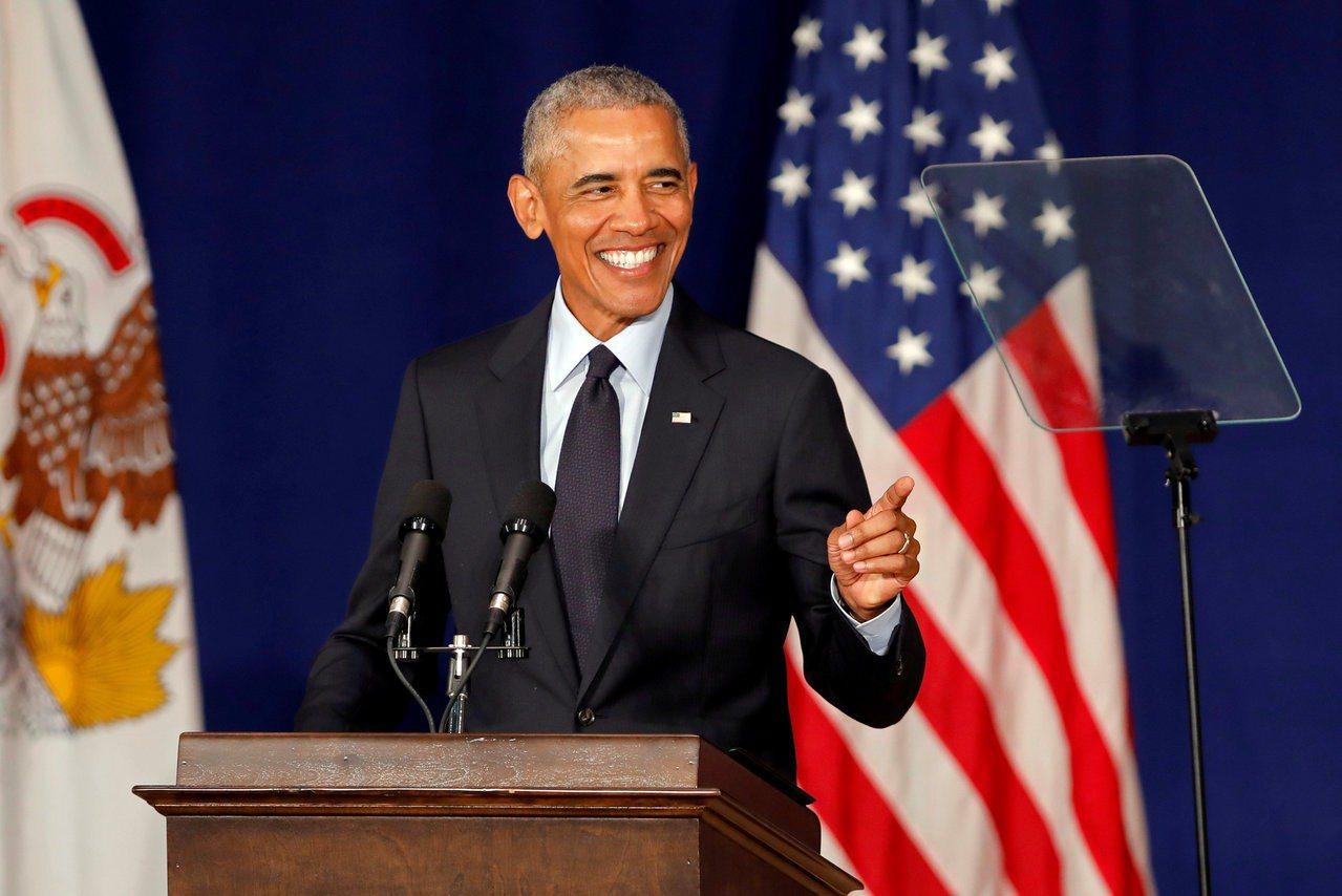 美國前總統歐巴馬7日在香檳伊利諾大學發表演說。路透