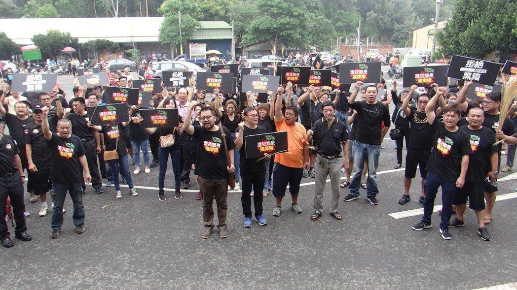 麥寮鄉長退選引發鄉民不滿,發動抗議要求還給鄉長選擇權。記者蔡維斌/攝影
