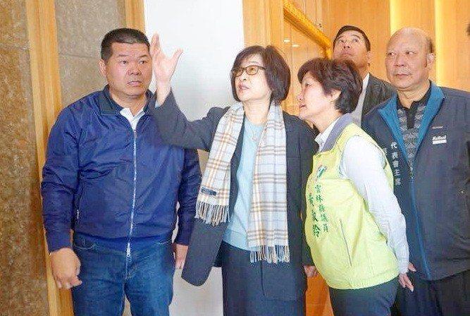 民進黨籍的麥寮鄉長許忠富(左一)被視為蘇治芬(左二)的接班人之一,登記截止前卻突...