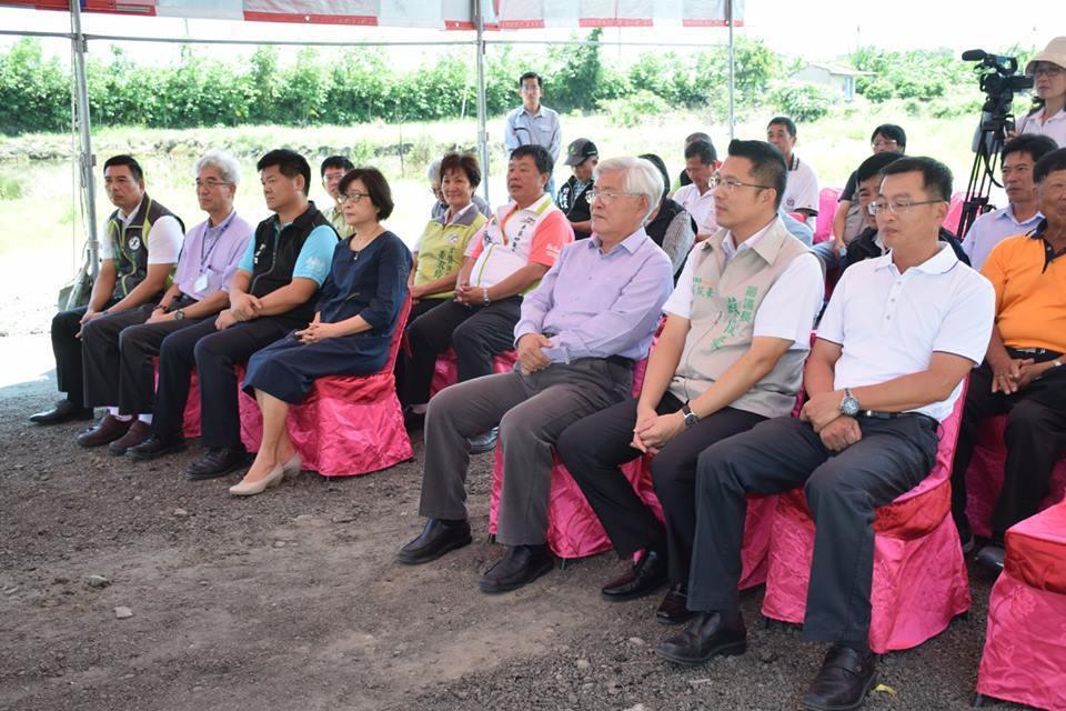 民進黨籍的麥寮鄉長許忠富(前排左三)被視為蘇治芬(前排左四)的接班人之一,登記截...