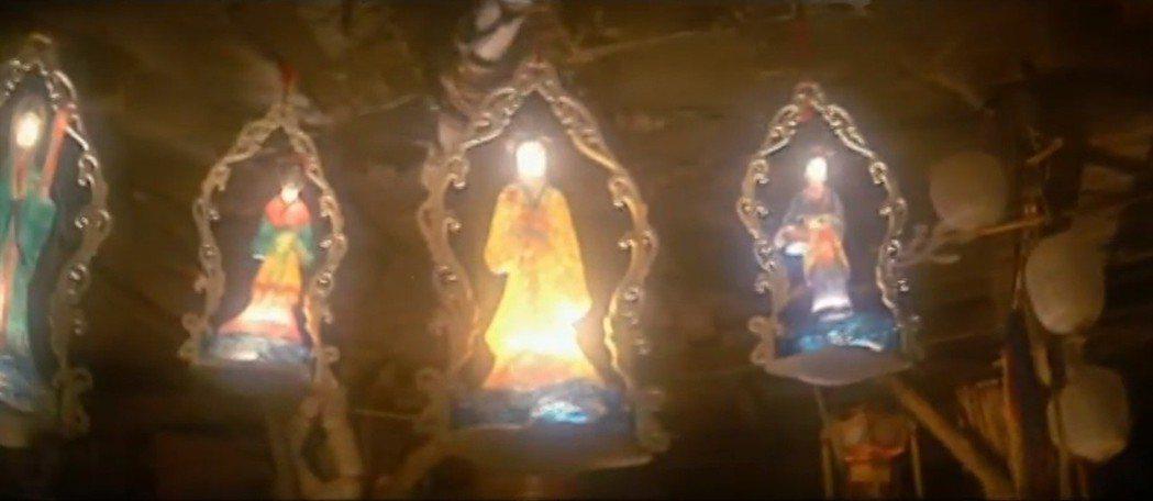 美麗燦爛的燈籠,竟是用人皮所製。圖/翻攝自YouTube