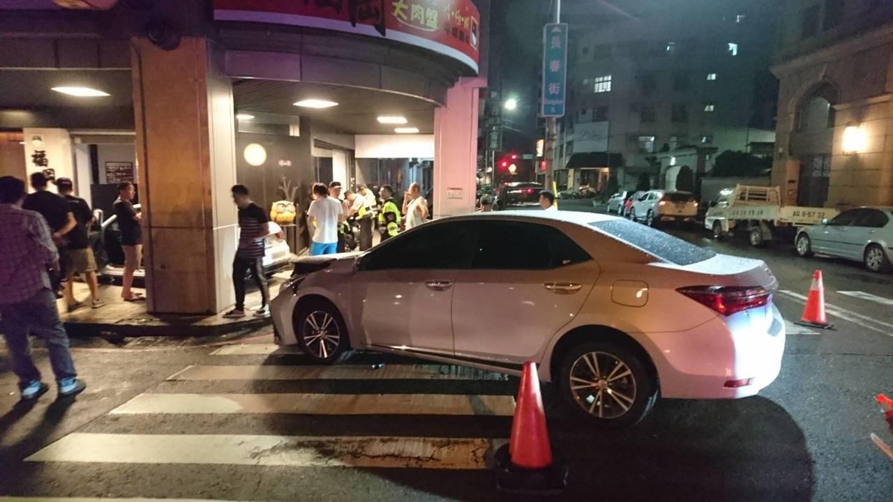 台中市西區長春街、華美西街昨天深夜11時許,發生一起進口奧迪轎車與國產豐田轎車碰...