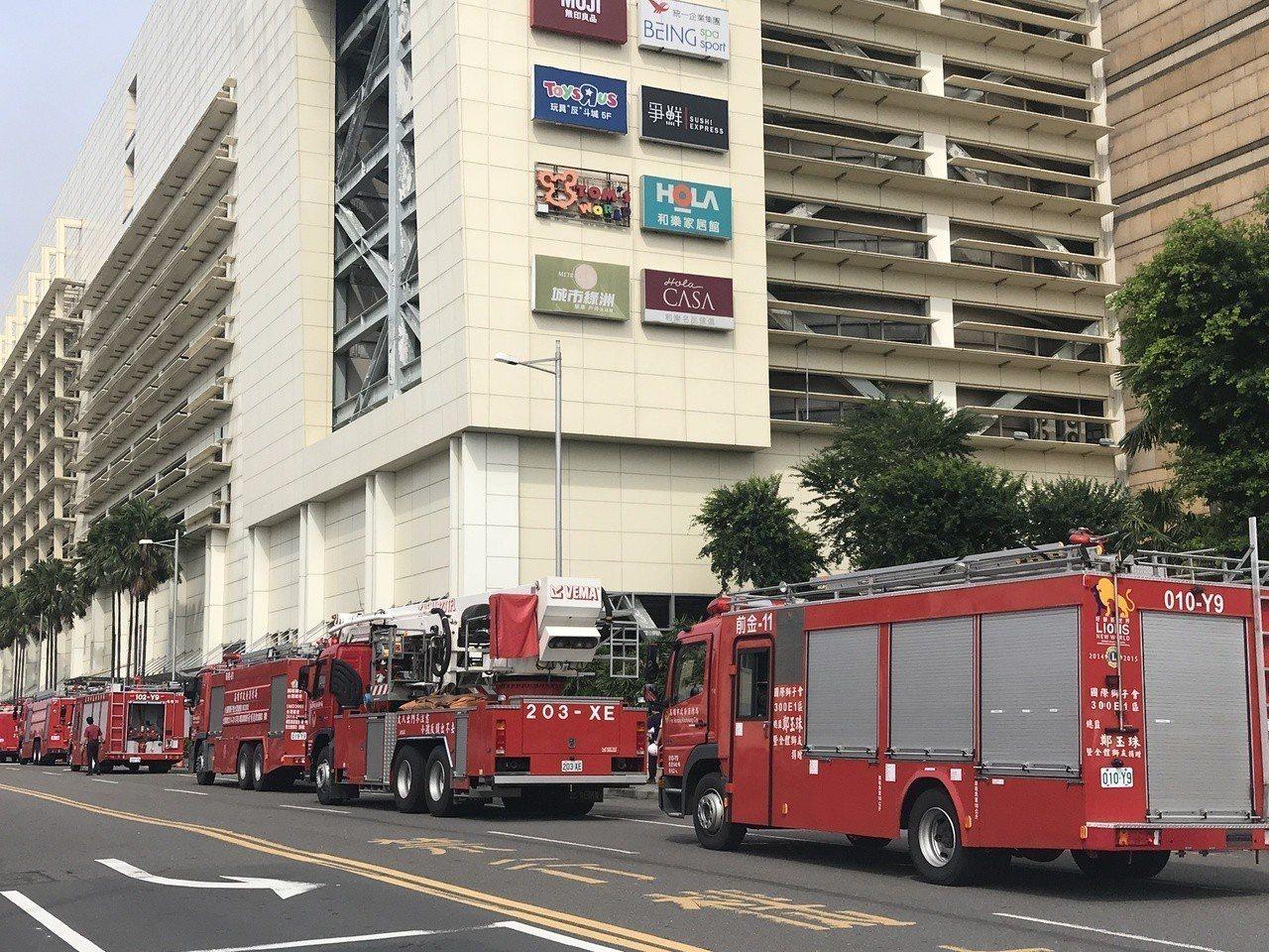 高市夢時代頂樓驚傳火警,竄出濃煙,消防人員出動人車趕抵現場,火勢已經撲滅。記者劉...