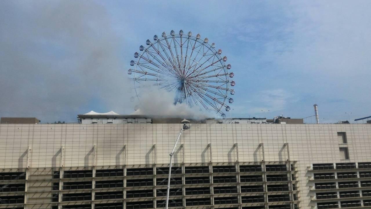 高市夢時代頂樓驚傳火警,竄出濃煙,消防人員趕抵現場將火勢撲滅。記者劉星君/翻攝