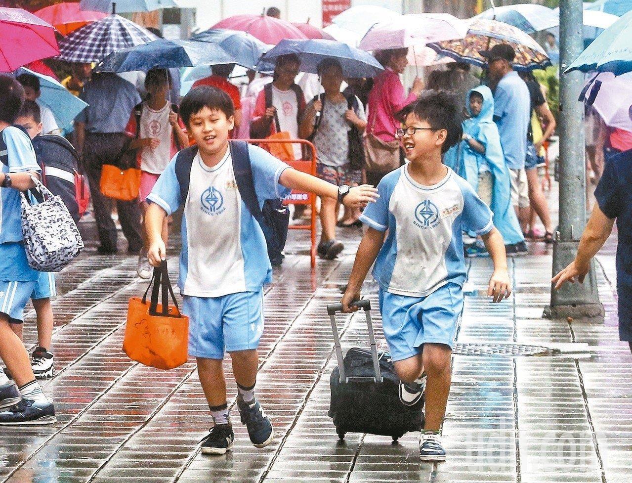 中央氣象局對基隆北海岸、台東、恆春半島及大台北山區發布大雨特報。聯合報系資料照