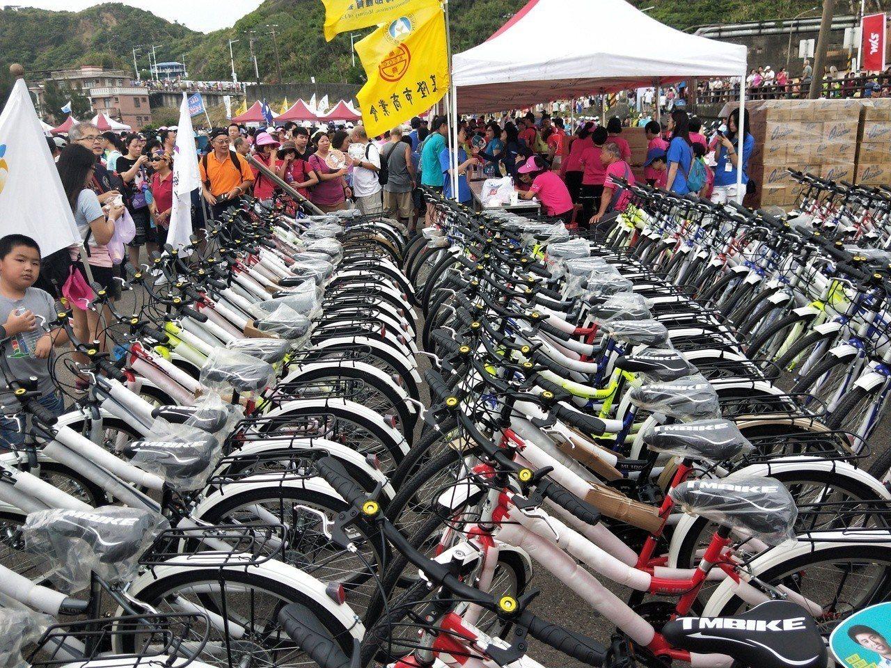 現場提供6輛機車、180輛腳踏車等很多車項讓參加民眾摸彩,讓民眾都想試試手氣。記...
