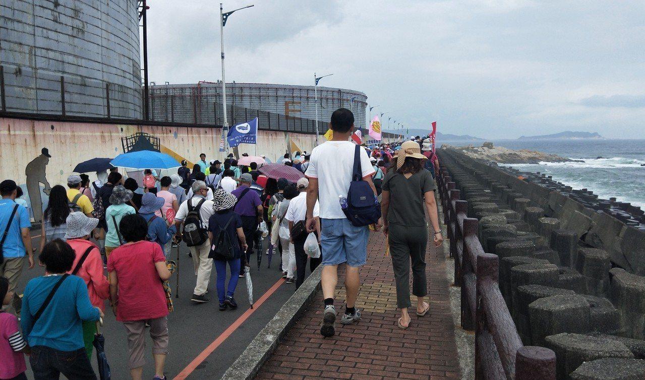 來自全國各地愛好運動民眾,從外木山漁港廣場出發,行經湖海路並沿著外木山濱海步道至...