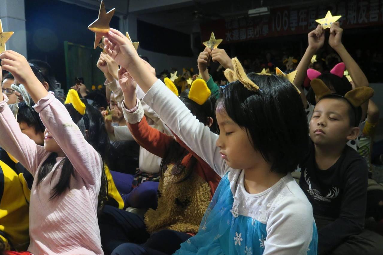水保局花蓮分局邀「秋野芒」劇團到偏鄉校園演出水保劇場,演出時小朋友跟著演員一起舉...