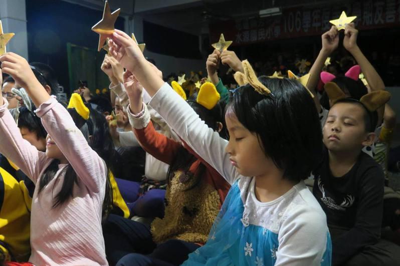 水保局花蓮分局邀「秋野芒」劇團到偏鄉校園演出水保劇場,演出時小朋友跟著演員一起舉手許願,模樣很可愛。圖/水保局花蓮分局提供