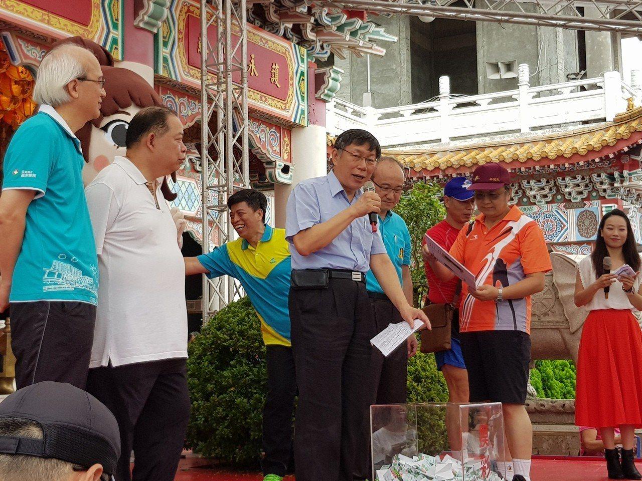 柯文哲今早到指南宮出席文山區健行暨運動社團運動表演活動並受訪。記者翁浩然/攝影