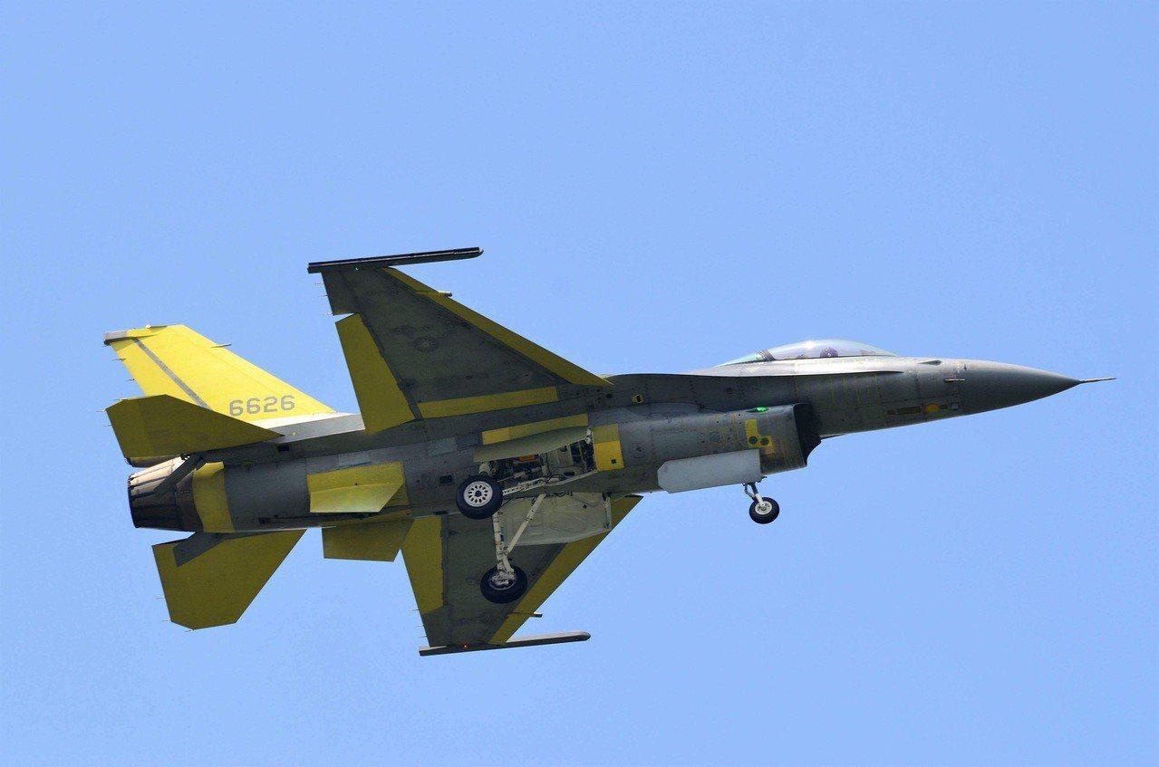 空軍計劃明年再度為F-16A/B戰機性能提升的「鳳展計劃」加碼106億元預算,增...