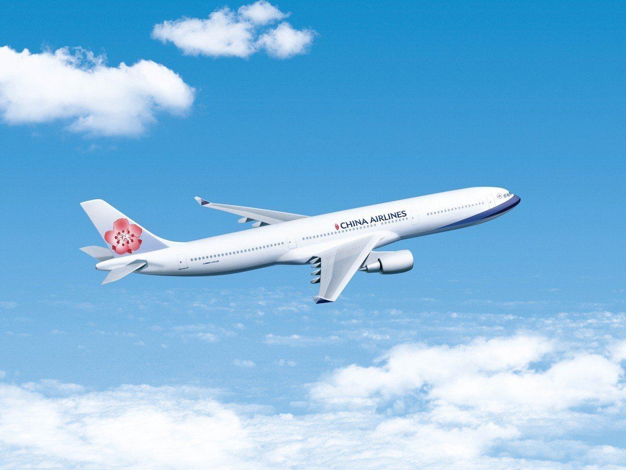 中華航空今天下午從札幌的新千歲機場臨時增開3架班機,為此華航特別從台灣載了飛機餐、更多的飲料及每機有20箱的泡麵,盡量讓每位旅客能夠吃飽。(圖/華航提供)